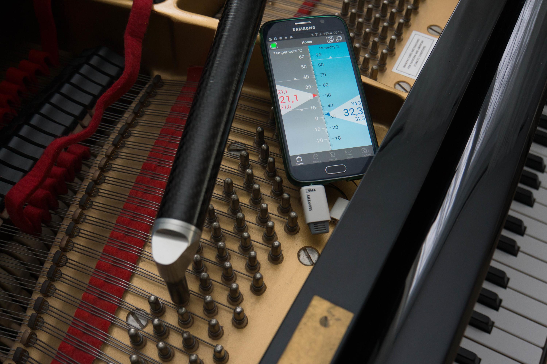 Branché sur le téléphone, le Smarthy mesure l'humidité.