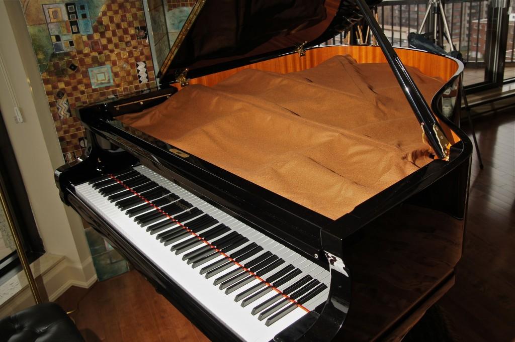Un beau piano équipé d'une couverture de cordes